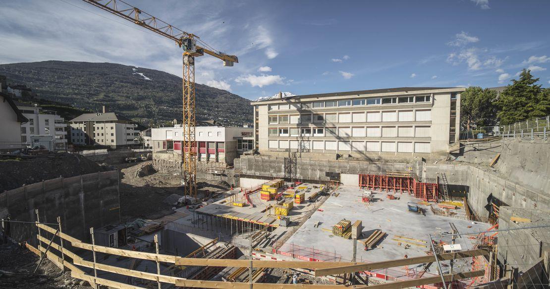 Après d'importantes fouilles archéologiques, le nouveau parking construit au nord de la ville de Sion (VS) sort de terre.